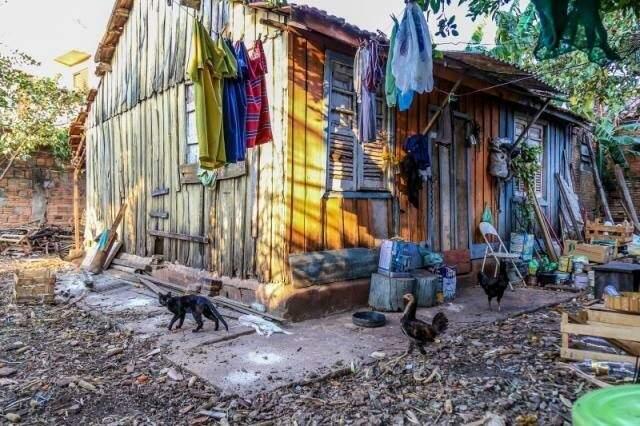 "Casa onde morou Célia de Souza, no bairro Amambaí, que ficou conhecida como a ""Bruxa da Sapolândia"". (Foto: Arquivo/Fernando Antunes)"
