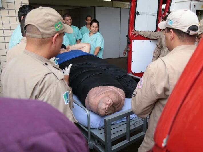 Fabiano Ferreira, 36 anos, sendo retirado de ambulância dos Bombeiros. (Foto: Fernando Antunes)