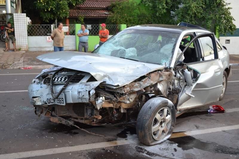 Audi A3 ficou destruído.