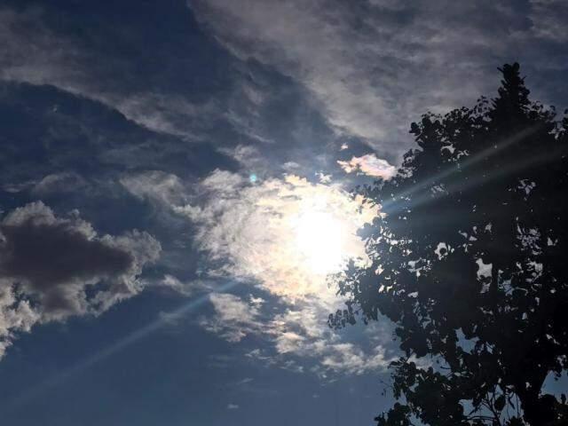 Sol aparece entre poucas nuvens, indicando calor nos próximos dias na Capital (Foto: Kísie Ainoã)