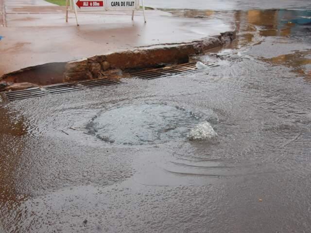A água de esgoto espalhou em uma das principais avenidas do bairro. (Foto: Simão Nogueira)