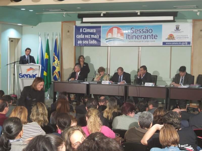 Relator da LDO, vereador Eduardo Romero, faz leitura do relatório durante sessão itinerante, realizada hoje no Senac (Foto: Antonio Marques)