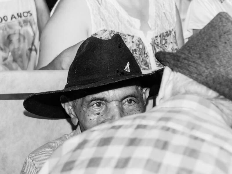 Centenário em Piraputanga, sempre com chapéu e olhos atentos. (Foto: Luiz Maique)