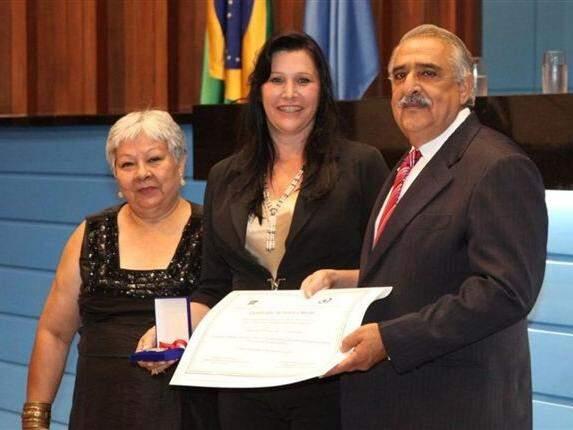 Antônia (ao centro) e Jerson Domingos (à direita) durante solenidade dos 63º ano dos direitos humanos, na Assembleia (Foto: Divulgação/ALMS)