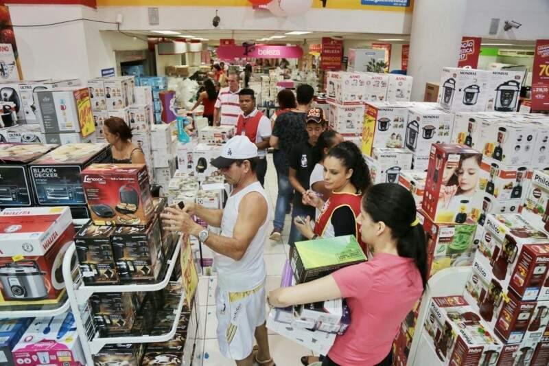 Clientes correm para pegar produtos e aproveitam promoções. (Foto: Fernando Antunes)