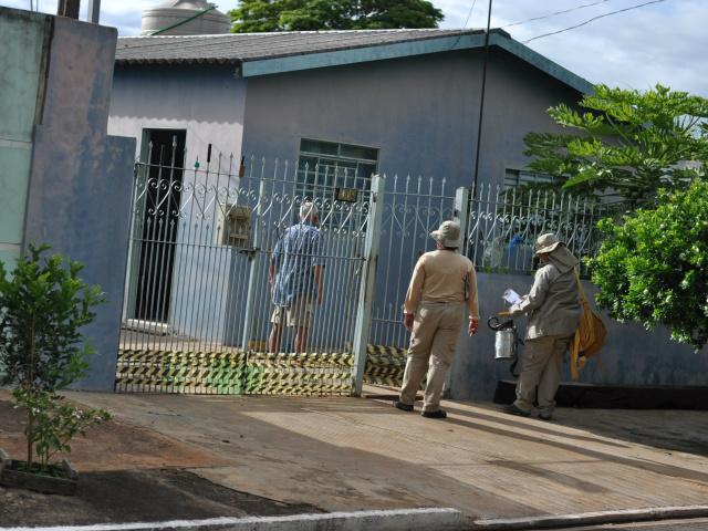 Trabalho de borrifação foi feito em casas na Vila Almeida nesta terça (Foto: Marlon Ganassin)
