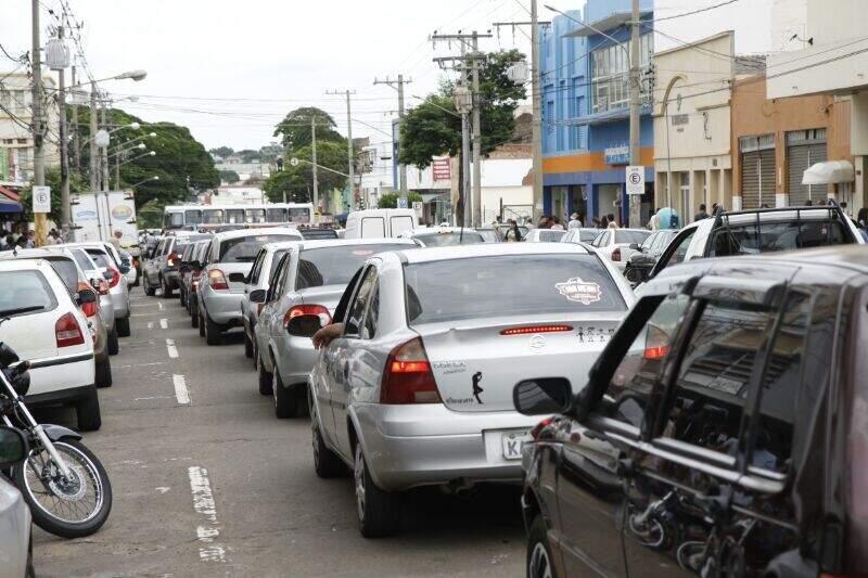 As filas de carros são extensas nas ruas. (Foto: Cleber Gellio)