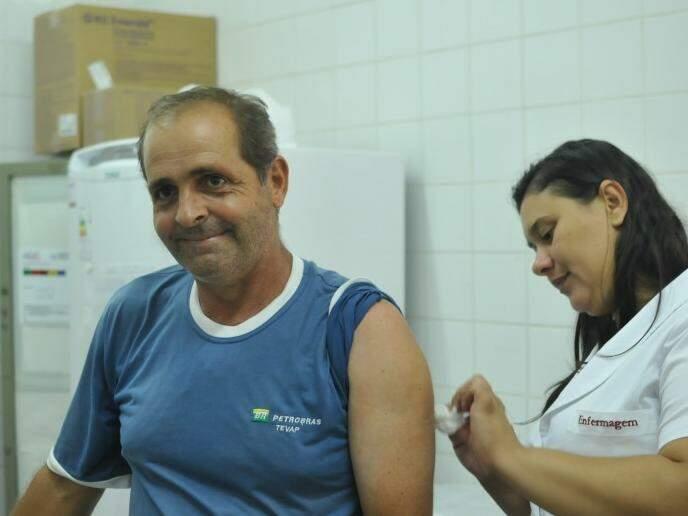 Jair de Freitas, 55 anos, tomou a dose por recomendação da empresa onde trabalha (Foto: Alcides Neto)