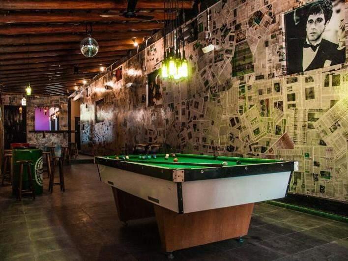 Pub é entrada principal do hostel e a diversão de visitantes e hóspedes. (Foto: Reprodução Facebook)