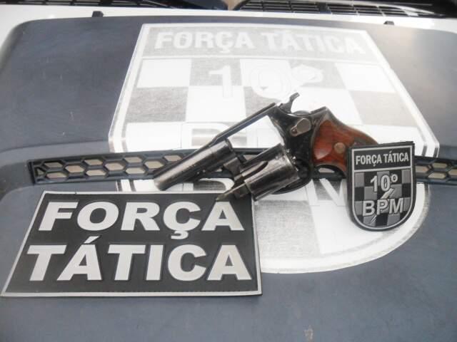 Arma apreendida com trio, um revólver calibre 38, usado na tentativa de homicídio. (Foto: Tático do 10° Batalhão da PM)