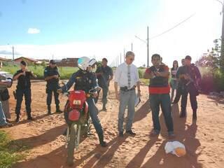 Boneco foi usado para simulação do atropelamento de criança (Foto: Viviane Oliveira)