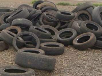 Objetos como pneus e garrafas devem ser descartados de forma correta para não acumular água. (Foto: Repórter News)