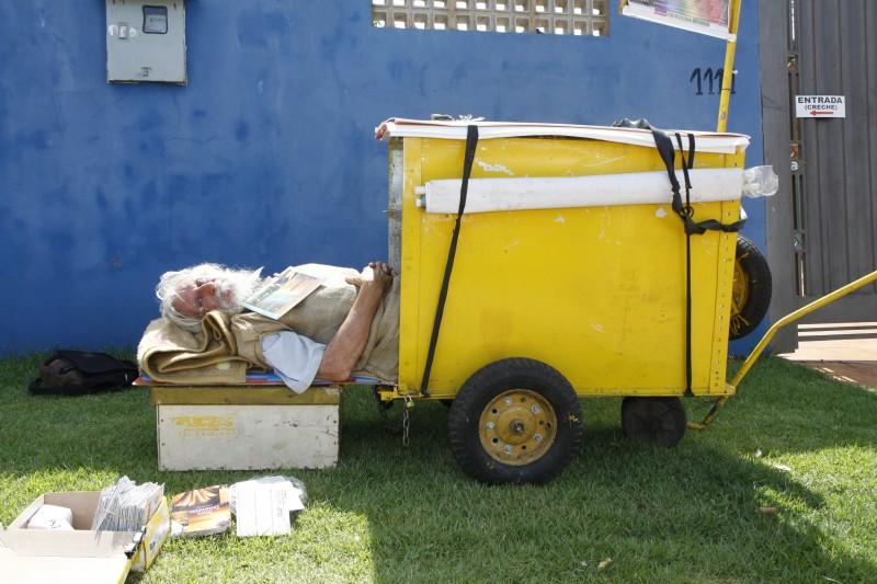 Do carrinho que empurra, ele faz a cama.