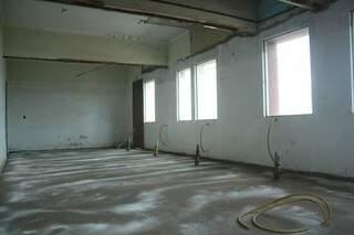 O prédio sempre foi alugado e teve as janelas retiradas na última reforma.