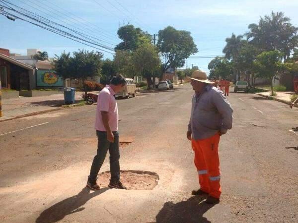 Prefeito acompanha tapa-buracos na rua Antônio Maria Coelho (Foto: Yarima Mecchi)