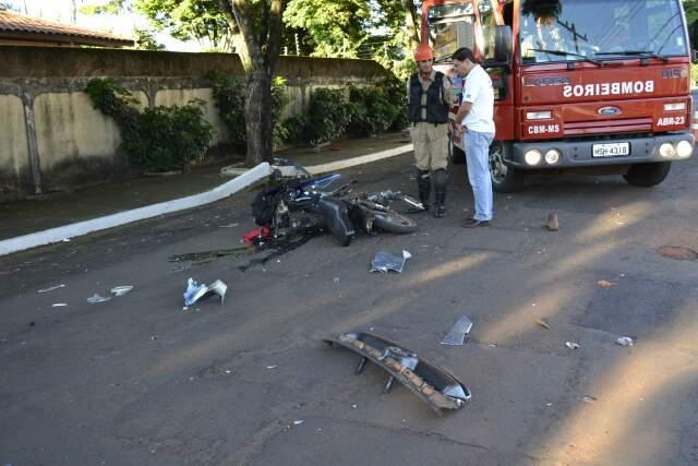 Moto ficou destruída após colisão. (Foto: Viviane Oliveira)