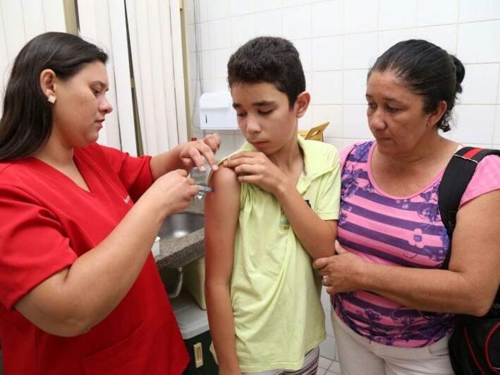 Renato Rodrigues, de 12 anos, foi vacinado nesta segunda-feira (Foto: Marcos Ermínio)