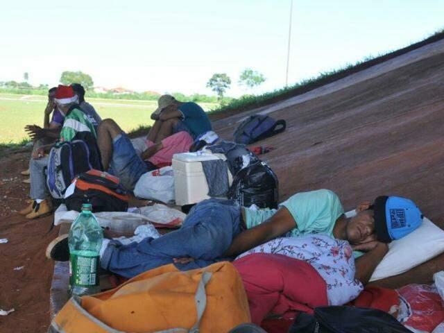 Desabrigados pedem ajuda, para quem puder, levar comida até local improvisado. (Foto: Alcides Neto)