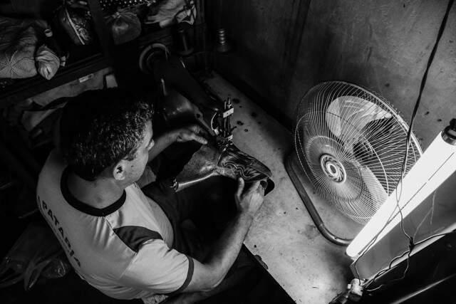 Jair aprendeu o ofício de sapateiro com o antigo patrão e hoje está a frente do negócio (Foto: Marcos Ermínio)