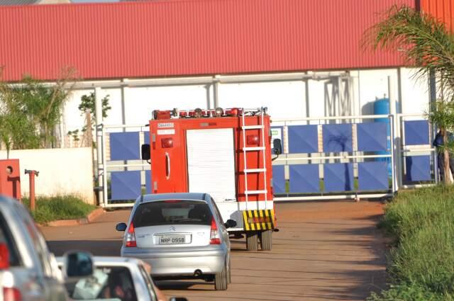 Bombeiros e profissionais da Cetesb estiveram no Marfrig nesta manhã. (Foto: Marlon Ganassin)