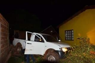 Caminhonete derrubou muro e quase bateu em casa, no Bairro São Vicente de Paula (Foto: Porã news)