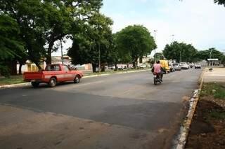 Comerciantes reclamam que a lombada ajudava a diminuir velocidade dos carros (Foto: Marcos Ermínio)