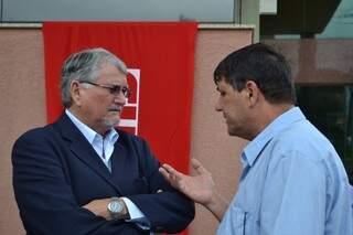 Zeca conversa com presidente da Fetems, Roberto Botarelli, durante evento no MPF (Foto: Pedro Peralta)