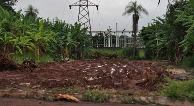 O antes: Há duas semanas o **Campo Grande News** esteve na região e o trabalho era esse. Muro e portão arrancados e aterro começando a ser colocado. (Foto: Marlon Ganassin)