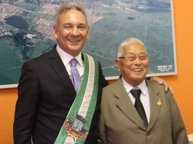 Sakae Kamitani ao lado do prefeito Izauri, no dia da posse (Foto: Divulgação)