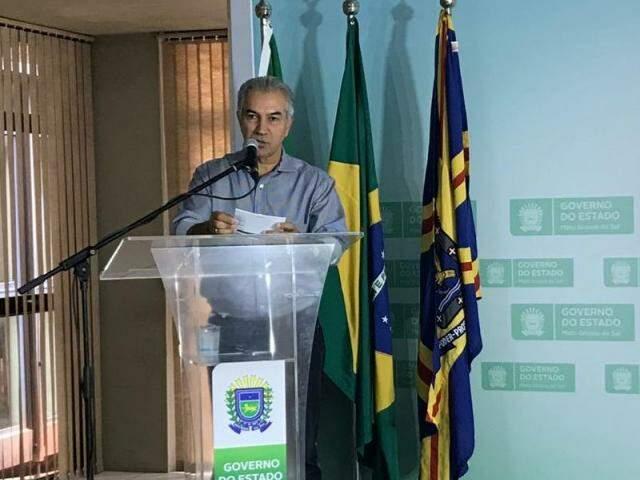 """Governador Reinaldo Azambuja durante o lançamento do programa """"MS Unido, paz nas famílias"""" na manhã desta quarta-feira (4) (Foto: Fernanda Palheta)"""