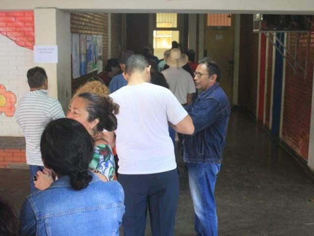 Na Escola Municipal Professor Plínio Mendes dos Santos eleitores estão esperando cerca 30 minutos para votar (Foto: Marina Pacheco)