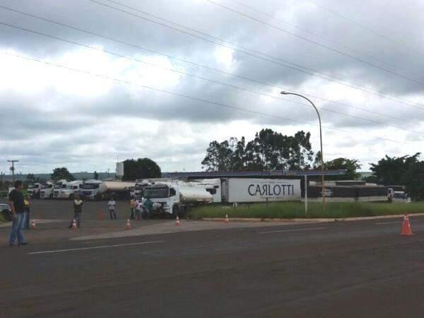 Na BR-262, saída para Três Lagoas, caminhoneiros sinalizam rodovia com cones e protestam em pátio de posto de combustível.  (Foto: Divulgação)