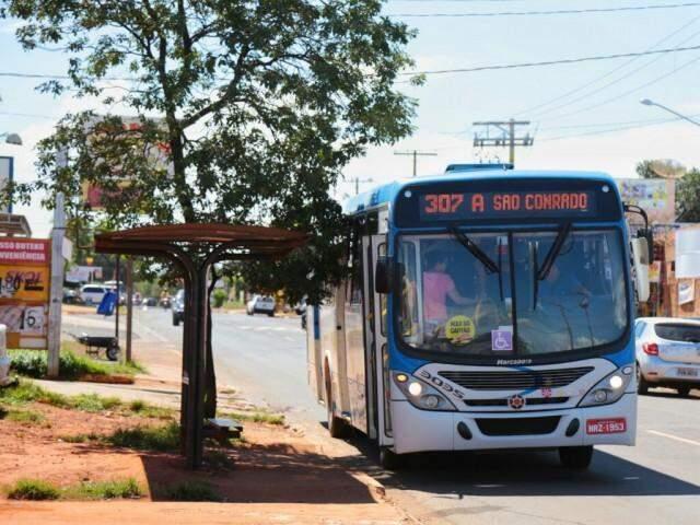 Ataque ocorreu no bairro São Conrado; passageiros precisaram trocar de veículo para seguir viagem. (Foto: Fernando Antunes)