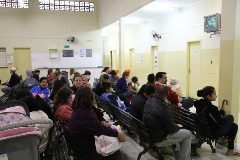 As senhas foram distribuídas às 6 horas da manhã, mas alguns pais chegaram de madrugada para garantir o atendimento. (Foto: Marcos Ermínio)