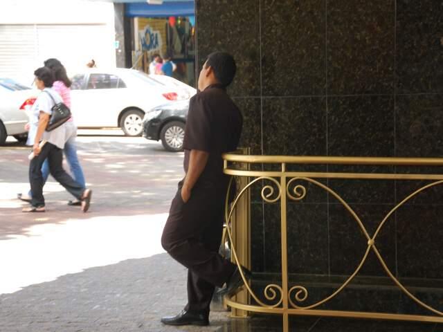 Com pouco serviço, funcionário de hotel acompanha movimetno da cidade. (Foto: Pedro Peralta)