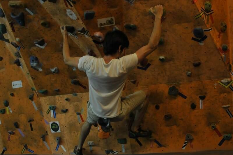 Como uma sala de musculação, os alunos chegam e já tem um treino específico, dentro do seu nível de dificuldade. (Foto: Alcides Neto)