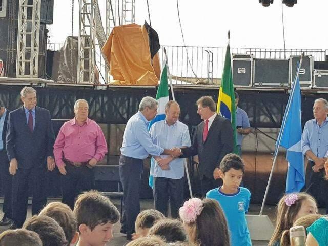 Ex-governador esteve no evento junto com o prefeito Itamar Bilibio e o senador Waldemir Moka (Foto: Reprodução - Facebook)