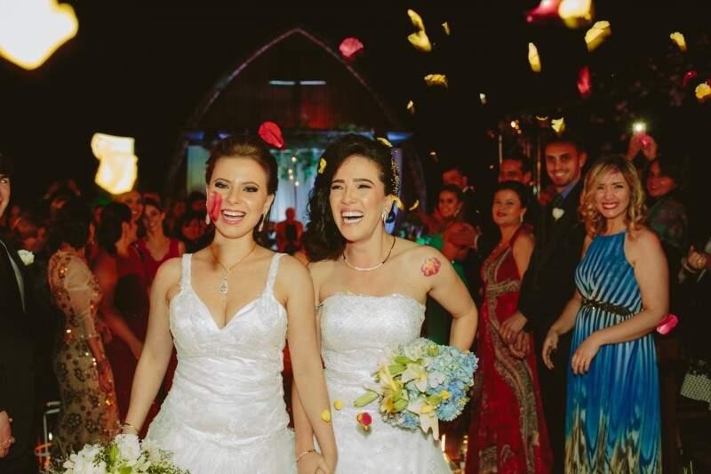 As duas vestidas de branco, os sorrisos dos convidados e a alegria estampada no rosto das mulheres merecia ser contada. (Fotos: Allan Kaiser)