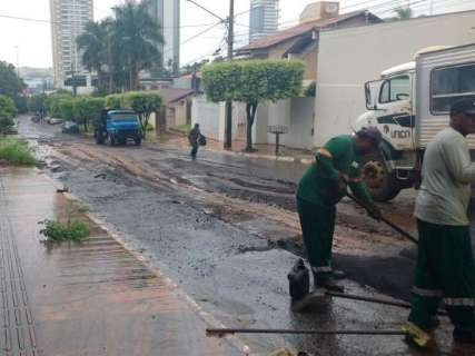 Mesmo com chuva, funcionários fazem tapa-buracos na Rua Sergipe