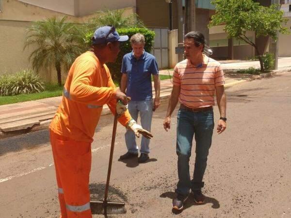 Prefeito e secretário vistoriam tapa-buraco neste sábado na região central. (Foto: Alberto Dias)