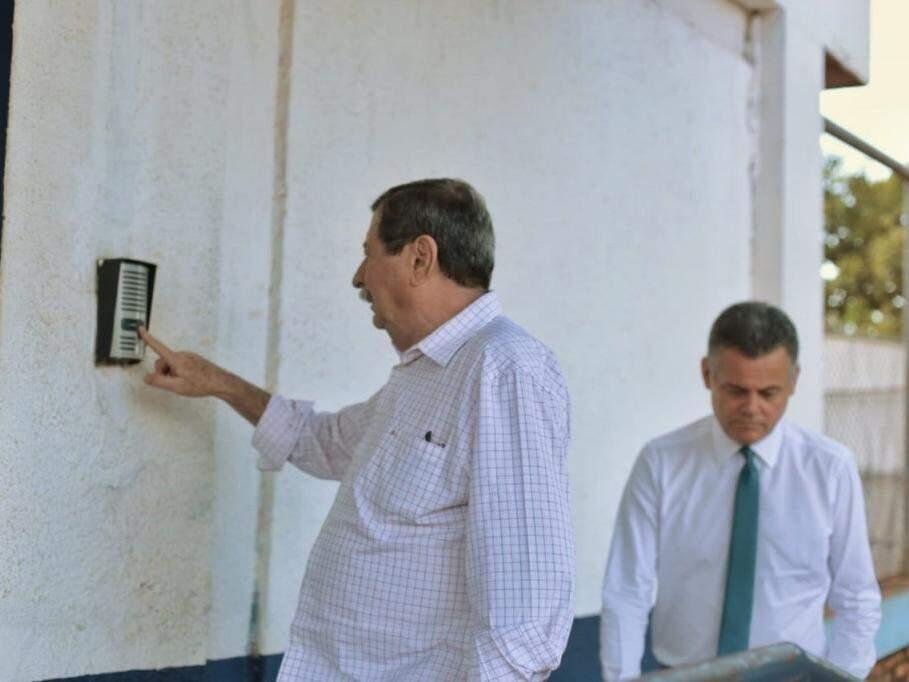 Renê Siufi toca o interfone do Centro de Triagem e André Borges está logo atrás (Foto: Fernando Antunes)