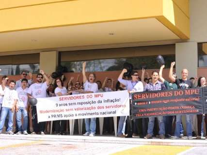 """Servidores do MPF """"comemoram"""" um mês de greve com bolo e refrigerante"""