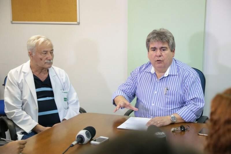 Diretor-presidente do hospital, Justiniano Vavas (à esquerda), e o diretor-clínico, durante coletiva (Foto: Fernando Antunes)