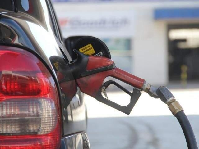 Veículo sendo abastecido em posto de combustíveis de Campo Grande (Foto: Marcos Ermínio/Arquivo)