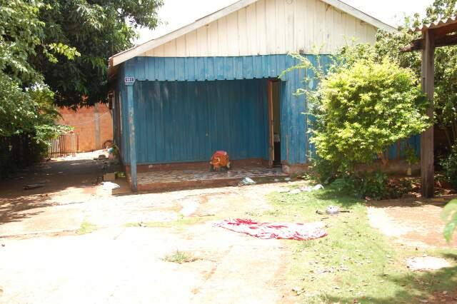Residência onde as cinco pessoas foram baleadas pelo policial. (Foto: Simão Nogueira)