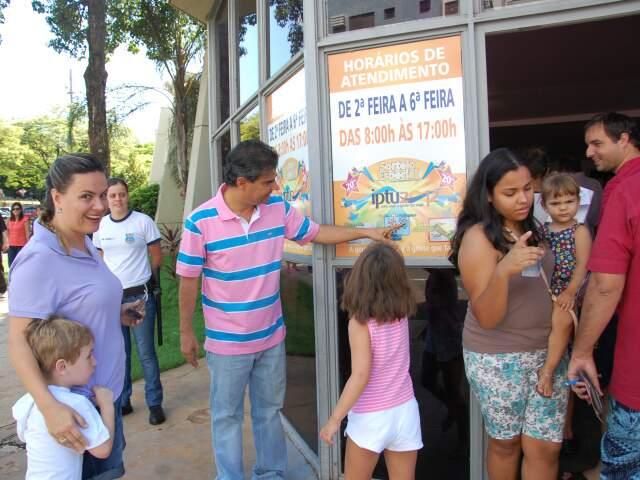 O prefeito compareceu ao local neste domingo. (Fotos: Simão Nogueira)