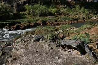 Cachorro morto, entulho, lixo, até moveis são jogados as margens do rio, algumas das vezes, até dentro da água.