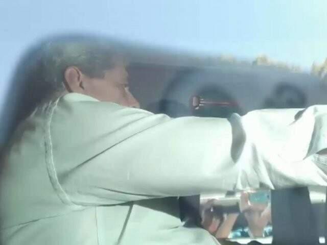 André Puccinelli na viatura da Polícia Federal ao chegar à unidade do Complexo Penal (Foto: Reprodução)