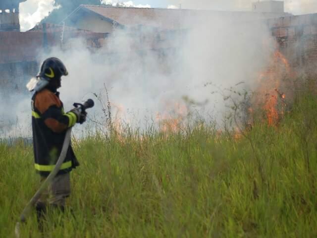 Bombeiro apaga incêndio no Santo Antônio (Foto: Marlon Ganassin)
