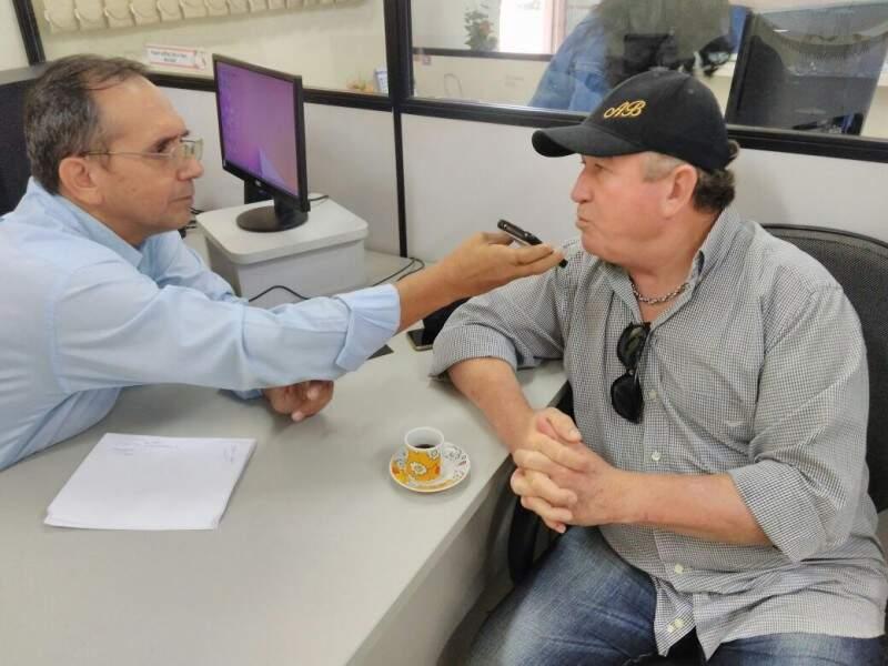 O cantor Amado Batista, durante entrevista para o repórter Marcelo Nunes, na Rádio Cultura AM de Campo Grande (Foto: Aline Arqueley/Rádio Cultura)